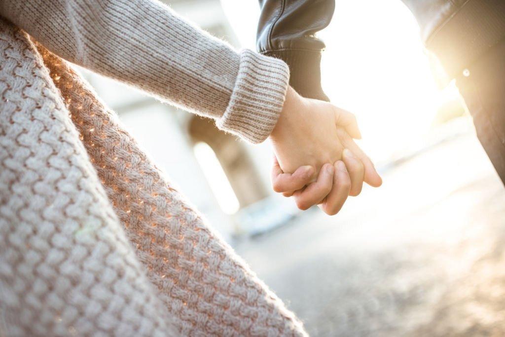 Qu'est-ce que cela signifie de rêver de se tenir la main ? 1